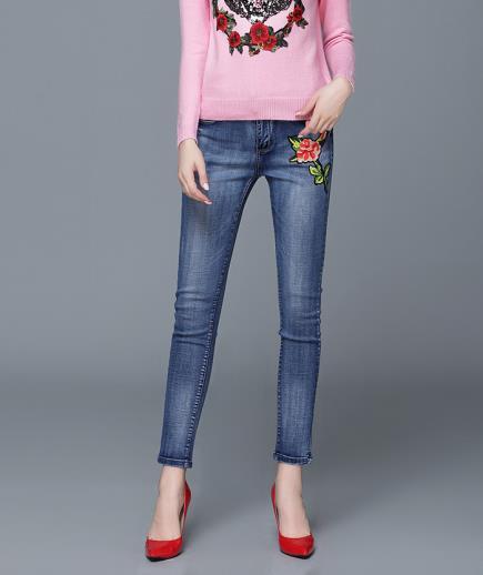 Quần jean dáng ôm thêu họa tiết hoa hồng