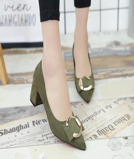 Giày bít mũi đế vuông phối họa tiết kim loại 5cm