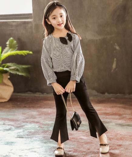 Bộ quần loe áo kiểu kẻ sọc nhỏ bé gái