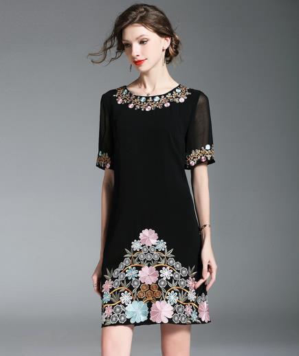 Đầm suông thêu hoa tay lỡ
