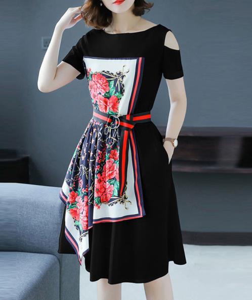 Đầm khoét vai phối khăn lụa họa tiết hoa