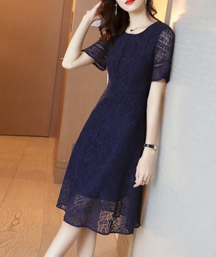 Đầm ren xòe dáng dài phong cách cổ điển