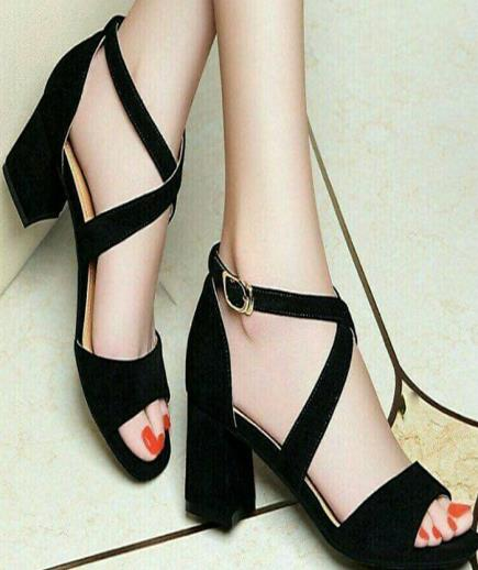 Sandal gót trụ mũi vuông chéo dây