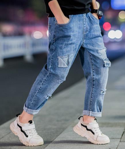 Quần jean bé trai dáng suông rách thời trang