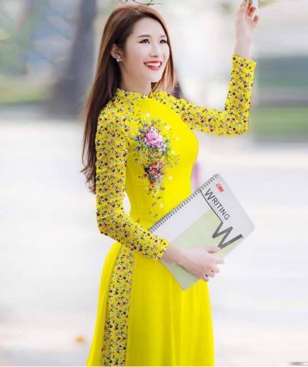 Áo dài truyền thống in hoa phối tay hoa nhí
