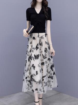 Set áo thun phối chân váy thêu họa tiết bướm