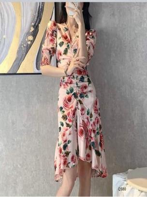 Đầm đuôi cá rút eo họa tiết hoa hồng