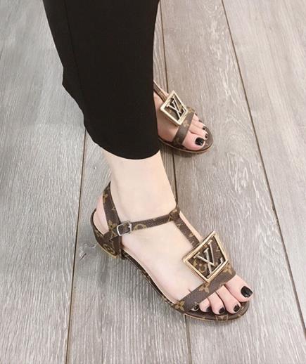 Sandal dây gắn khóa LV 2cm